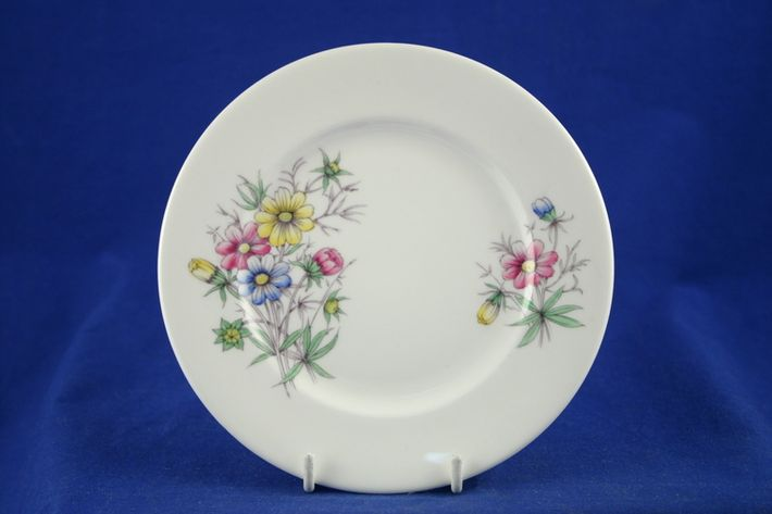 Royal Albert Flowers of the Month - No gold around rim-October-Cosmos